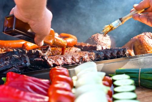 Spareribs marinieren im BBQ Smoker Grill